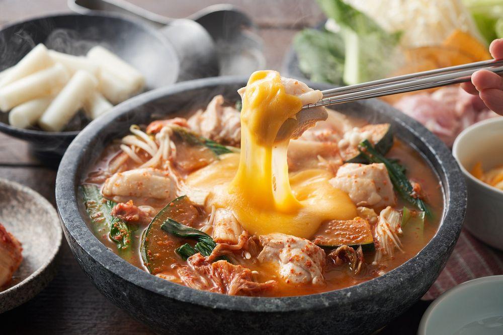 コクうまチーズを絡めて!チーズタッカルビ鍋(韓国)